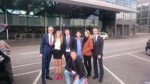 sieben junge Menschen
